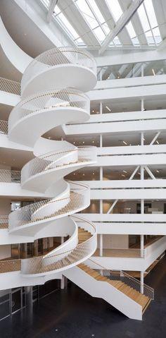 Banco da Suécia, em Landsvägen, Sundbyberg, Suécia. Arquitetura: 3XN. Fotografias: Adam Mork. Patio Interior, Interior Stairs, Interior Design, Interior Decorating, Grand Staircase, Staircase Design, Spiral Stairs Design, Space Architecture, Architecture Details