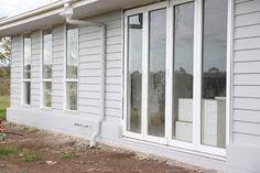 Building Our House of Grey and White: Paint Pics House Exterior Color Schemes, White Exterior Houses, Grey Exterior, House Paint Exterior, Exterior Paint Colors, Paint Colours, Hamptons Style Homes, Hamptons House, Light Gray Paint
