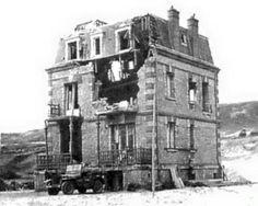 """4 juin 1944, Omaha Beach, Villa """"Les Sables d'Or"""" où le Colonel Bingham s'est abrité après son débarquement, avant de mener ses troupes vers le village en passant par la falaise entre Les Moulins et Le Ruquet. Le fossé antichar n'est pas encore comblé."""