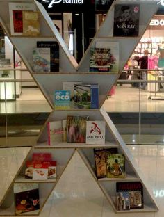 Estantería en Re-board www.sabatebarcelona.com Cardboard Display, Visual Merchandising, Eco Friendly, Stairs, Wall, Barcelona, Retail, Shoe, Design