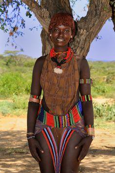 Portrait Hamer Woman In Her Village Beautiful African Women, Beautiful Dark Skinned Women, African Beauty, Beautiful Black Women, African Fashion, African Tribal Girls, Tribal Women, Tribal People, African Tribes