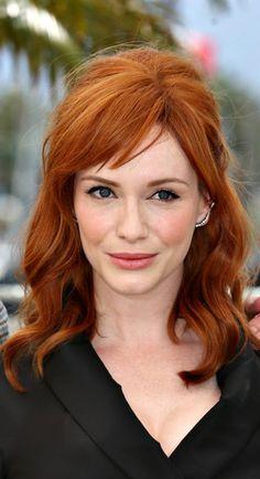 quelle couleur de cheveux choisir, coiffure avec frange, portée légèrement de coté, couleur acajou cheveux, couleur cheveux cuivré