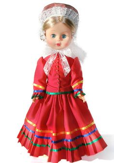 Strój Warmiński (mężatka)  strój kobiecy: spódnica ciemnoczerwona, ciemnozielona lub bordowa układana w fałdy, na dole szeroka falbana ozdobiona wstążką, żakiecik ze stójką pod szyją, dopasowany, na głowie ozdobny czepiec zawiązany pod szyją, wykończony ułożoną w fałdki białą koronką.Pracownia Lalek Regionalnych FOLKLOR
