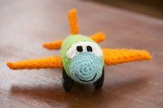 Amigurumi oyuncaklar tarifine devam ediyoruz. Daha çok erkek çocukların ilgisini çeken amigurumi uçak ücretsiz tarifini anlatmak istiyorum sizlere. Tabi er