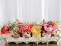 The decoration is an important element for a successful Easter. Create a festive atmosphere, by making beautiful Easter table decoration. Egg Crate Flowers, Egg Crates, Easter Table Settings, Diy Ostern, Deco Floral, Floral Foam, Art Floral, Easter Brunch, Easter Party
