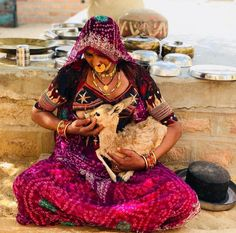 A Bishnoi woman breastfeeding an orphaned baby deer in Rajasthan India. Mothers Love, Happy Mothers, Breastfeeding Animals, Tribal Community, Amazing India, Indian Village, India Culture, India People, Happy Mother S Day