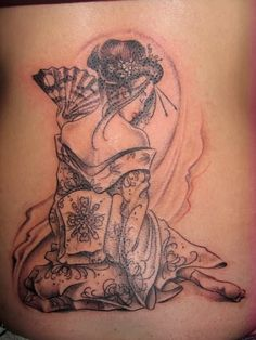 Ce tatouage d'une geisha me semble très agréable et élégant.