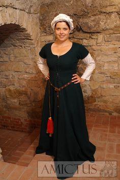 Damska suknia spodnia (fr. cotte simple), uszyta z ciemnozielonego sukna. Pod nią lniane giezło, na nogach sukienne nogawiczki. Przedstawienia tego rodzju sukni pojawiają się w ikonografii na przestrzeni całego XVw. Fot. Dariusz Skowronski