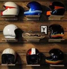 Retro Helmets Motorcycle Style, Motorcycle Helmets, Motorcycle Fashion, Vespa, Bobber Helmets, Helmet Shop, Retro Helmet, Helmet Head, Accessories Display