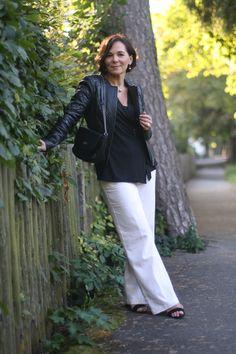 Übergangslook in schwarzer Lederjacke und weißer Leinenhose | Lady of Style
