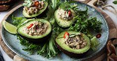 En av de enkleste forrettene du kan lage og som passer godt før en litt kraftig hovedrett. Når alle de gode smakene er blandet sammen, er retten ferdig! Krabbasalat i avokado smaker også fantastisk som en sunn og rask lunsj eller mellommåltid.