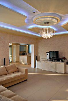 éclairage indirect led pour le plafond de votre salon couleur bleue