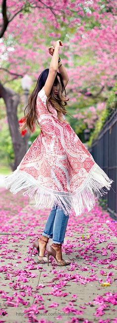Pretty summer dress over jeans. Love this boho look! Mode Hippie, Bohemian Mode, Bohemian Style, Estilo Fashion, Look Fashion, Ideias Fashion, Woman Fashion, Runway Fashion, Moda Boho
