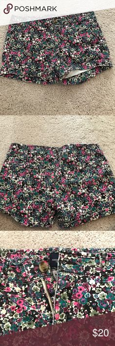 American Eagle Floral Midi Shorts Floral midi shorts that are rolled at the bottom. Only worn once, great condition. Perfect for spring and summer, soft material with a slight stretch. Let me know if you have any questions or want any more pictures 😊 American Eagle Outfitters Shorts Jean Shorts