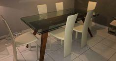 Part vend ensemble en bon état : table rectangle de repas en bois  piétement et supports d'allonges en aluminium anodisé  plateau et allonge en verre clair épaisseur 12 mm  2 allonges de 40 cm int