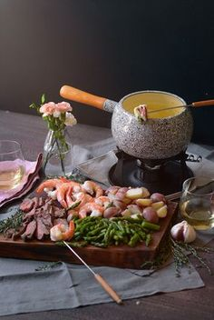 Surf and Turf Cheese Fondue Want to add some romance to your dinner table? This Surf and Turf Cheese Fondue feast is the perfect rich and unique meal to share with someone special! Dips Für Fondue, Fondue Raclette, Best Cheese Fondue, Fondue Party, Beer Cheese, Cheese Fondue Dippers, Fondue Ideas, Meat Fondue Recipes, Raclette Recipes