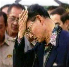 {พระองค์ท่านทรงเหน็ดเหนื่อยพระวรกาย เพื่อประชาชนชาวไทยทุกคน ได้อยู่อย่างมีความสุข}