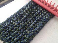 Tutorial bufanda trenzada azul... aquí enseña a cerrar el tejido, dejando un hilo ancla para faciitar este paso.