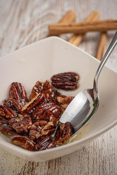 Keto pecans that are a MUST try! These keto cinnamon sugar pecans are amazing! Such a great treat on a ketogenic diet. Low Carb Keto, Low Carb Recipes, Diet Recipes, Cooking Recipes, Healthy Recipes, Keto Fat, Ketogenic Diet For Beginners, Diets For Beginners