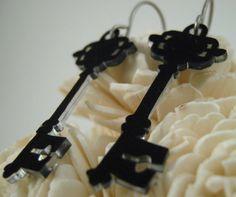 key shrinky dinks - gotta try this! Plastic Fou, Shrink Paper, Shrink Plastic Jewelry, Shrink Art, Plastic Earrings, Plastic Jewellery, Shrink Film, Wire Crafts, Jewelry Crafts