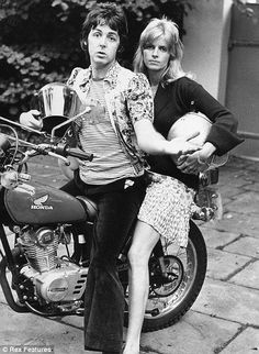 Paul Mc-Cartney et Linda sur une moto Honda
