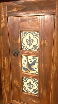 Aplicación de las réplicas azulejos portugueses de madera en mueble.