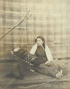 Makah woman with infant in cradle swing, Neah Bay, Washington, 1902 Native American Images, Native American History, Native American Indians, Native Indian, Neah Bay, First Nations, Historical Photos, Nativity, Pacific Northwest