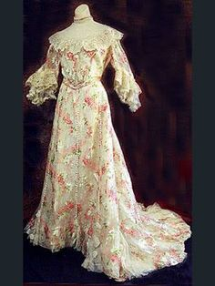 Floral chiffon afternoon dress, from the Vintage Textile archives. That print is amazing! Vintage Outfits, Vintage Gowns, Vintage Mode, Vintage Costumes, Edwardian Gowns, Edwardian Clothing, Antique Clothing, 1900s Fashion, Edwardian Fashion