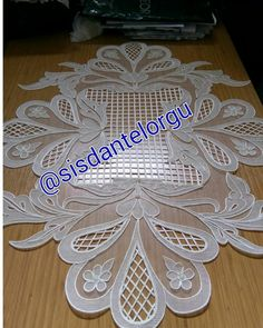 This Pin was discovered by Bah Crochet Butterfly Pattern, Crochet Motif Patterns, Hand Embroidery Patterns, Brother Innovis, Romanian Lace, Diy And Crafts, Paper Crafts, Hardanger Embroidery, Parchment Craft