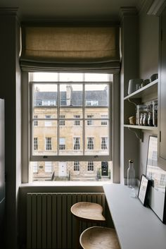 Bath really is such a beautiful place, the view out from this Georgian apartment onto those gorgeous honey coloured houses is so dreamy. We would love to while away a few hours in this Shaker kitchen, watching the hustle and bustle on the street below. Devol Shaker Kitchen, Shaker Style Kitchen Cabinets, Galley Style Kitchen, Devol Kitchens, Shaker Style Kitchens, Kitchen Cabinet Styles, Kitchen Design, Small Kitchens, Kitchen Ideas