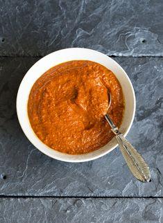 Romesco sauce Bearnaise Sauce, Pesto, Vegan Recipes, Vegan Food, Dips, Picnic, Snacks, Ethnic Recipes, Dressing