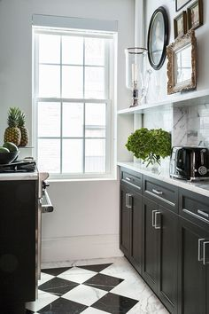 A Prewar Apartment In One of New York's Most Exclusive Neighborhoods Gets a Modern Refresh - In the kitchen, the designer took inspiration from a previous project to create a custom black-and-white marble floor pattern New Kitchen, Kitchen Decor, Kitchen White, Stylish Kitchen, Kitchen Small, Kitchen Art, Kitchen Ideas, Kitchen Layout, Country Kitchen