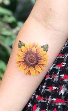 Celebrate the Beauty of Nature with these Inspirational Sunflower Tattoos hermoso tatuaje de girasol © tatuador Gustavo Palacios 💓🌻💓🌻💓🌻💓🌻💓 Sunflower Tattoo Shoulder, Sunflower Tattoo Small, Sunflower Tattoos, Sunflower Tattoo Design, Watercolor Sunflower Tattoo, Sunflower Tattoo Sleeve, Form Tattoo, Shape Tattoo, Get A Tattoo