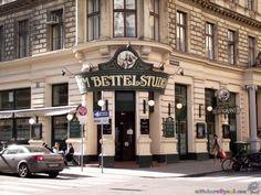 """Der """"Bettelstudent"""" zählt - ebenso wie das """"Krah Krah"""" oder das """"Bermudabräu"""" - zu den """"Bieredelkneipen"""" in der Wiener Innenstadt. Während am Abend DJs auflegen, verlässt man sich tagsüber gerne auf den bewährten Musikmix von PROMOtainment und nutzt zudem die Bildschirmfunktionen zur Präsentation von Fotos und Angeboten. #Hintergrundmusik #Bildschirmwerbung #PROMOtainment Street View, Mansions, House Styles, Home Decor, Pictures, Fine Dining, Monitor, Mansion Houses, Homemade Home Decor"""