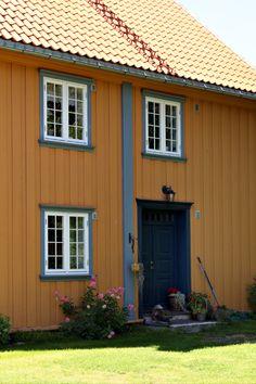 En herlig fargeklatt av et hus - i klassisk stil. 💕💕 De klassiske husene er en del av det norske landskapsbildet, og gir en følelse av landlig idyll. 🤩 Empire, Garage Doors, Shed, Outdoor Structures, Outdoor Decor, Home Decor, Urn, Homemade Home Decor, Backyard Sheds