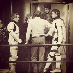Galeria - Instagram - Star Wars - Mark Hamill e Harrison Ford: Pausa nas gravações. É possível ver Mark Hamill (Luke) e Harrison Ford (Solo), disfarçados de Stormtroopers, e Peter Mayhew, que interpretava Chewbacca.