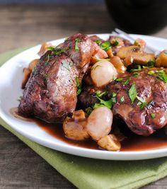 Ecco una ricetta squisita della tradizione francese: è il coq au vin, un secondo piatto a base di pollo che richiede una lenta marinatura nel vino rosso insieme a carote e cipolle in pezzi. Durante la cottura viene poi arricchito con pancetta e funghi. #ricetta #francia #coqauvin #recipe #tastyfood