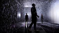 Im Rain Room durch den Regen gehen ohne nass zu werden