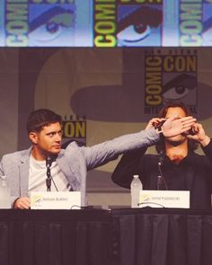 Hahaa... Jared trying to take a photo so Jensen decides todo this.!! ❤️