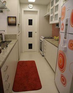 Cozinhas estreitas são destaque em projetos atuais de arquitetura  |  http://www.foxterciaimobiliaria.com.br/noticias/2012/03/cozinhas-estreitas-sao-destaque-em-projetos-atuais-de-arquitetura/
