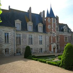 e - Luynes_Castle_Courtyard French Castles, Château Fort, Grand Homes, French Chateau, Medieval Castle, Old Buildings, Beautiful Buildings, Art And Architecture, Around The Worlds