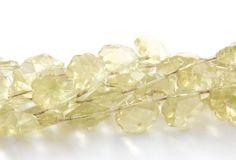 Cristal en forma de flor color verde olivo,  tira con 29 piezas. $45.00. Precio especial a mayoristas.