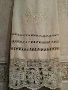 Toalla de lino bordada a mano con vainicas y puntilla de ganchillo