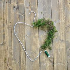 DIY delicate spring wreath from a wire hanger on Mrsgreenhouse.de - Spring wreath You are in the right place about diy cuarto Here we offer you the most beautiful pict - Christmas Wreaths, Christmas Crafts, Christmas Decorations, Diy Home Crafts, Crafts For Kids, Wood Crafts, Paper Crafts, Diy Para A Casa, Fleurs Diy