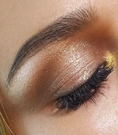 Gold eye shadow with not much eyeliner at all is a look im going for in the eye makeup