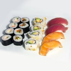 Sushi Mix 16: 4 ebi roll (gamba picante, aguacate y almendras crujientes), 4 kani kappa (maki de cangrejo con pepino), 4 makis vegetales, 2 niguiris de atún, 2 niguiris de salmón.
