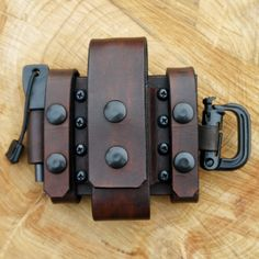 This belt pouch is made by Wolfwind Leatherworks to fit a larger folding knife or multitool like a fullsize Leatherman Tool and it is a multi carry