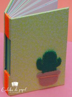 Costura longstitch, tamanho A6, papel pólen 90g e papéis em tons de verde, sem pauta, 120 páginas, cacto em feltro. Colcha de Papel por Tati Donato Popup, Mexican Party, Cactus, Feltro, Paper Quilt, Paper Envelopes, Dressmaking, Pop Up