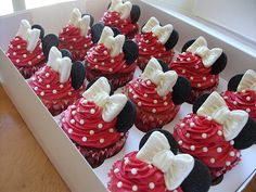 Minnie Mouse red and white Minnie cupcakes. This would be cute to do for Isabella's Cupcakes Disney Cupcakes, Disney Cakes Easy, Mini Mouse Cupcakes, Disney Themed Cakes, Cake Pops, Yummy Cupcakes, Cupcake Cookies, Party Cupcakes, Themed Cupcakes