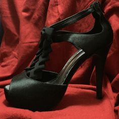 NWT....Gorgeous Black Lulu Townsend Black heels NWT... Black with bow accents down top of foot, zipper at back for easy on/off. Perfect condition, never worn. Size 8 Lulu Townsend Shoes Heels